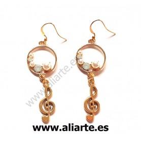 Pendientes clave de sol dorados con detalle de perlas